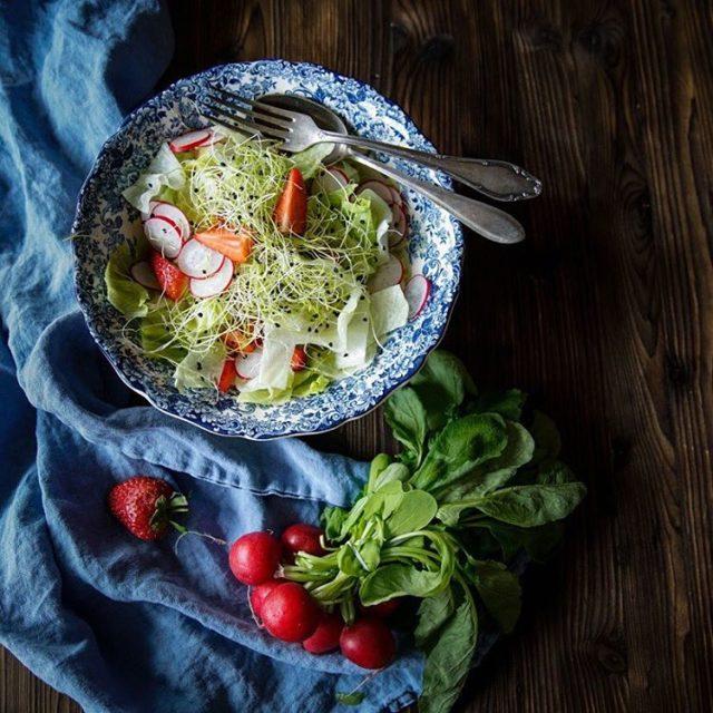 Frhlingssalat mit Erdbeeren Radieschen und Sprossen  Dazu ein Fischhellip