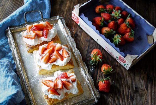 Bild Blätterteigkissen mit Erdbeeren und Rahm Sahne