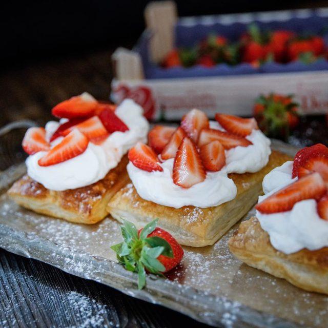 Das Rezept fr diese himmlischen Bltterteigkissen mit Erdbeeren und Schlagsahnehellip