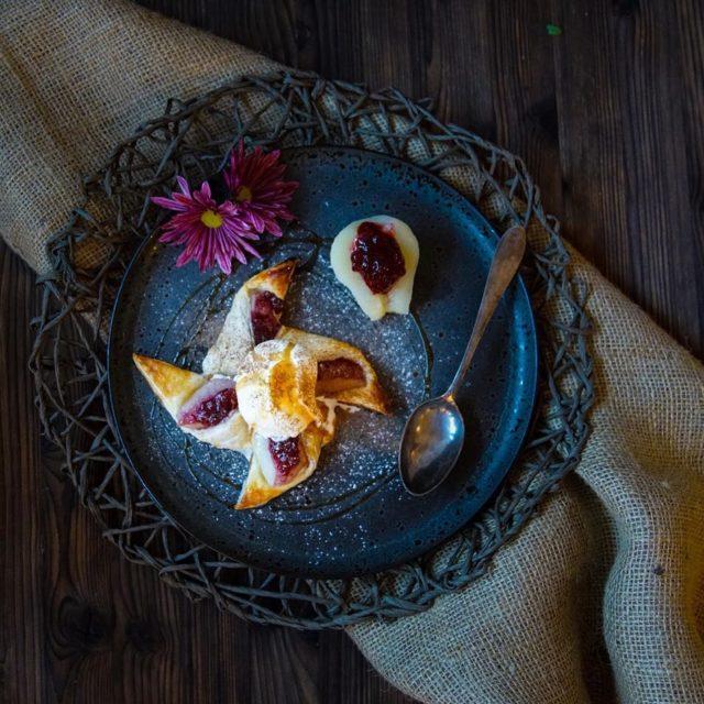 Heisses Birnen Preiselbeer Dessert mit eiskaltem Vanille Glac Honig undhellip