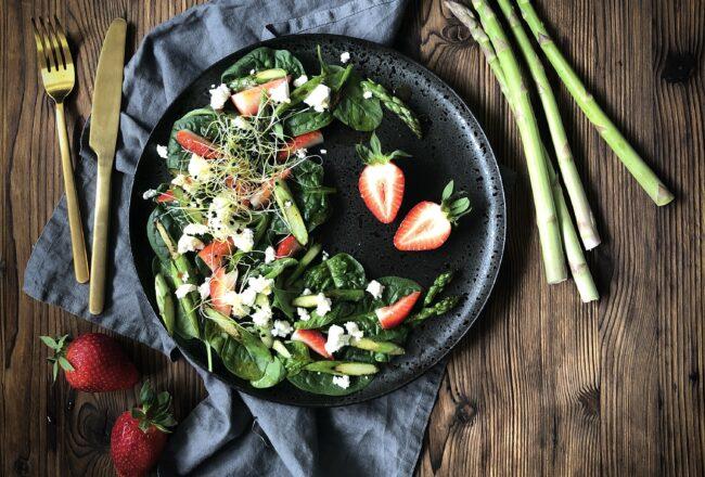 Spargel Erdbeeren Salat Feta Spinat Rezept Frühlingsrezept Frühlingssalat Spinatsalat grüne Spargeln