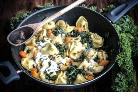 Schnelle Tortellini Pfanne Tortellinipfanne Raviolipfanne Rezept Herbstrezept Kürbis Kale Pasta