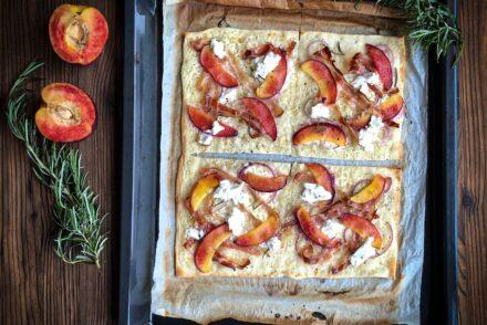 Flammkuchenrezept Flammkuchen mit Nektarinen Rosmarin Speck Ziegenfrischkäse Rezept Sommer Flammkuchen