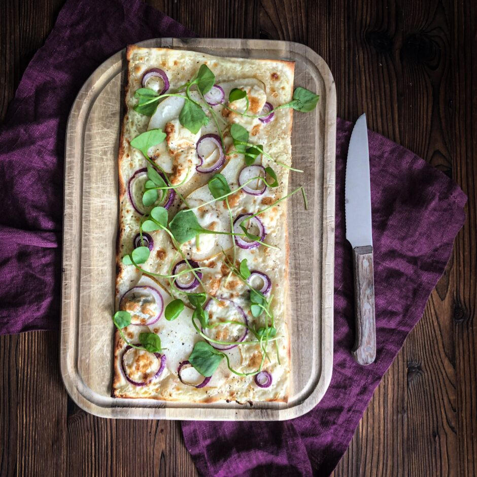 Vegetarischer Flammkuchen mit Gorgonzola, Mascarpone, Birne und Portulak Rezept vegetarischer Flammkuchen Rezept Portulak